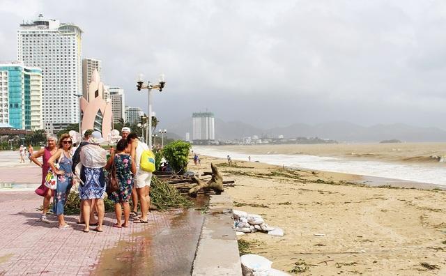 Một nhóm nhỏ du khách ngắm sóng mùa biển động