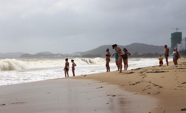 Nhiều du khách nô đùa bên sóng lớn dù rất nguy hiểm