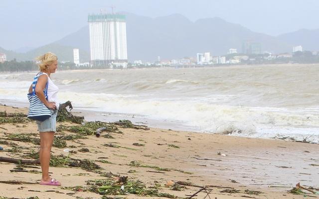 Một du khách đăm chiêu hướng về phía biển