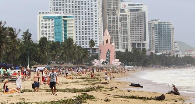 Hàng trăm du khách khám phá sự lạ mắt trên bãi biển Nha Trang mùa lũ