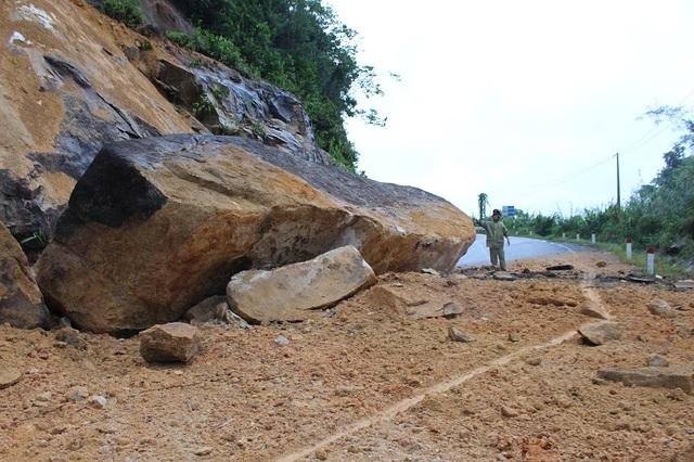 Đường Nha Trang - Đà Lạt (đoạn qua huyện Khánh Vĩnh, Khánh Hòa) bị đá khủng sạt trượt, tiềm ẩn nguy hiểm