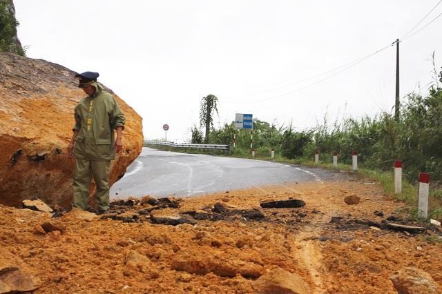 Cơ quan chức năng đang thị sát, kiểm tra một điểm sạt lở trên tuyến đèo Khánh Lê (đoạn qua xã Sơn Thái, huyện Khánh Vĩnh, Khánh Hòa)