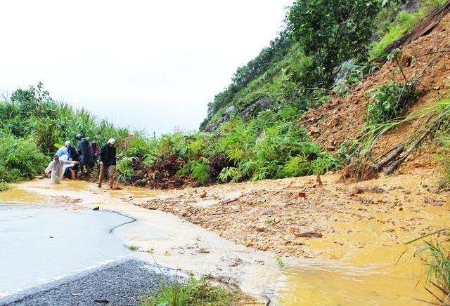 Một trong nhiều điểm sạt trượt khiến tuyến đường bị đất, đá lấp ngổn ngang trên đèo Khánh Lê, đường nối TP Nha Trang - TP Đà Lạt