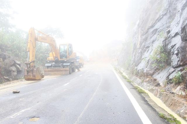 Đến trưa 7/11, đường Nha Trang - Đà Lạt bước sang ngày thứ 4 bị chia cắt khiến hoạt động giao thương, du lịch lữ hành... bị ngưng trệ, tê liệt. Hiện trên đèo Khánh Lê đang có sương mù dày đặc khiến tầm nhìn xa hạn chế
