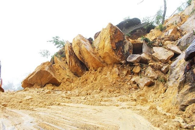 Đất đá sạt lở chắn ngang tuyến đường tại Km56+190 trên đèo Khánh Lê (đoạn qua xã Sơn Thái, huyện Khánh Vĩnh, Khánh Hòa), trưa 7/11. Đây là điểm sạt lở lớn nhất hiện nay khiến đường Nha Trang - Đà Lạt tê liệt