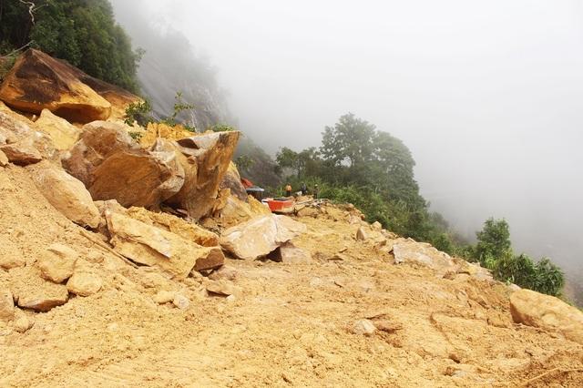 Tuyến đường bị đất đá chắn ngang khiến giao thông tê liệt trong nhiều ngày qua. Tại điểm Km56+190, đất đá sạt trượt dài hàng chục mét, cao hơn 10m khiến việc khoan cắt gặp nhiều khó khăn