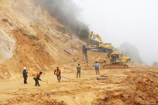 Công nhân làm việc mệt nhoài vì khối lượng đất đá sạt lở lớn. Đây là điểm sạt lở mà cơ quan chức năng đang tính đến phương án nổ mìn phá đá vì việc khoan phá thông thường gặp nhiều trở ngại