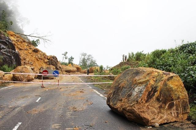 Tại các điểm sạt lở, cơ quan chức năng giăng dây an toàn, nghiêm cấm các phương tiện lưu thông, trong khi đá khủng vẫn lăn lóc tại các điểm sạt lở