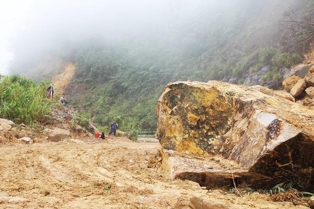 Hàng chục ngàn khối đất đá sạt lở trên đèo Khánh Lê, đường Nha Trang - Đà Lạt