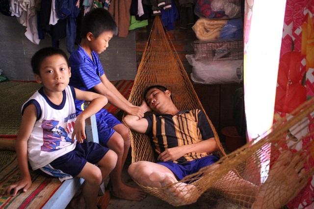 Bố cháu bé là anh Huỳnh Văn Vũ (SN 1981) mất khả năng lao động, sống thực vật 3 năm nay do bị hành hung