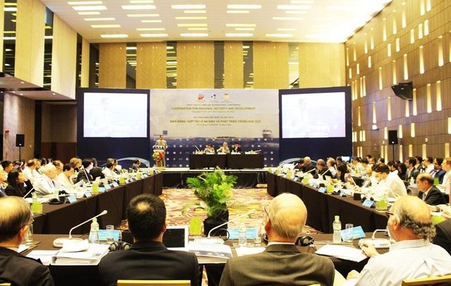 """Hội thảo khoa học quốc tế về Biển Đông lần thứ VIII với chủ đề: """"Hợp tác vì an ninh và phát triển khu vực"""", tại TP Nha Trang, sáng 14/11."""