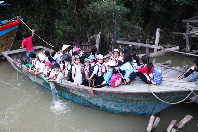Hàng chục học sinh trường THCS Cao Thắng (xã Vĩnh Ngọc, TP Nha Trang, Khánh Hòa) hiện đang đi học bằng thuyền sau khi cầu gỗ Phú Kiểng bị nước lũ trên sông Cái cuốn trôi hơn 10 ngày nay