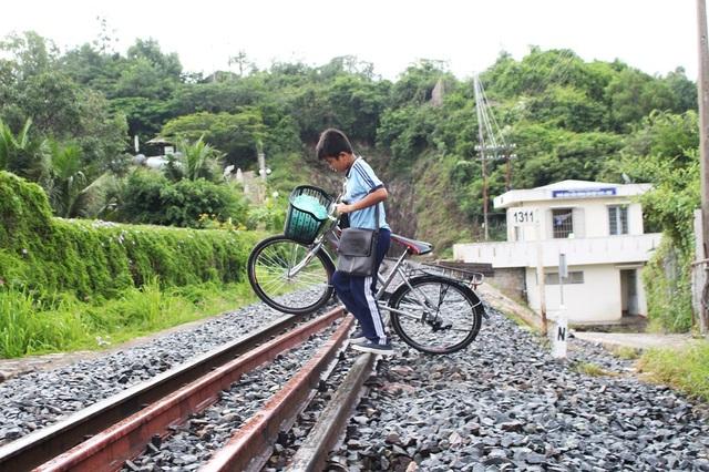 Tuy nhiên, dù đã được đi tắt, không chui qua hầm tàu hỏa nhưng học sinh vẫn băng qua đường sắt hàng ngày, tiềm ẩn nguy hiểm
