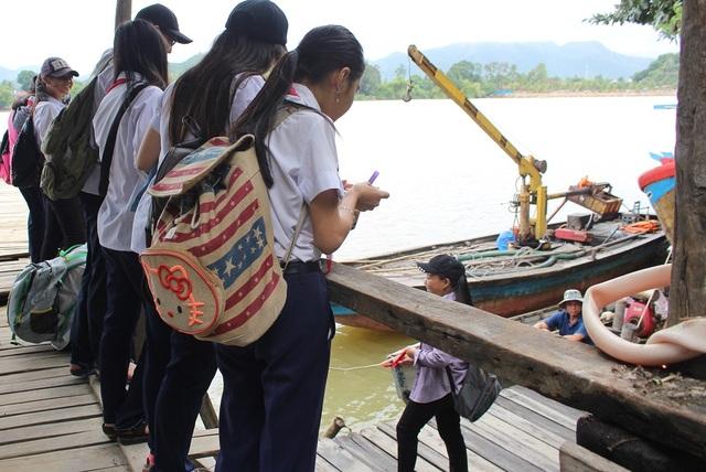Trưa 17/11, nhiều học sinh trường THCS Cao Thắng vẫn đang đợi thuyền từ người thân ở phía bắc sông Cái qua đón sau buổi học. Đây là những học sinh ở 3 thôn: Xuân Ngọc, Hòn Nghê 1, Hòn Nghê 2 (xã Vĩnh Ngọc, TP Nha Trang), sinh sống ở phía bắc sông Cái - Nha Trang