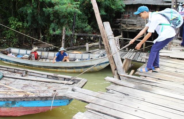 Dù sống ở thành phố nhưng nhiều em học sinh ở Nha Trang vẫn đi học bằng thuyền. Câu chuyện khó tin này đang diễn ra hàng ngày ở thành phố du lịch nổi tiếng