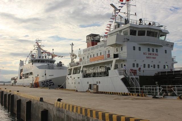 2 tàu cảnh sát biển 8005 và 7011 neo đậu tại Hải đội 302 ở xã Ninh Hải, thị xã Ninh Hòa, tỉnh Khánh Hòa