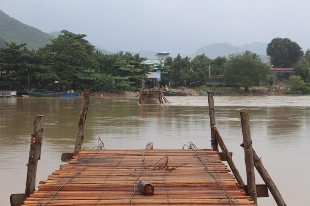 Cầu Phú Kiểng (TP Nha Trang) bắc qua sông Cái - con sông lớn nhất Khánh Hòa, hiện vẫn chưa khắc phục xong do bị nước lũ cuốn trôi hơn tháng qua. (Ảnh: V.H)