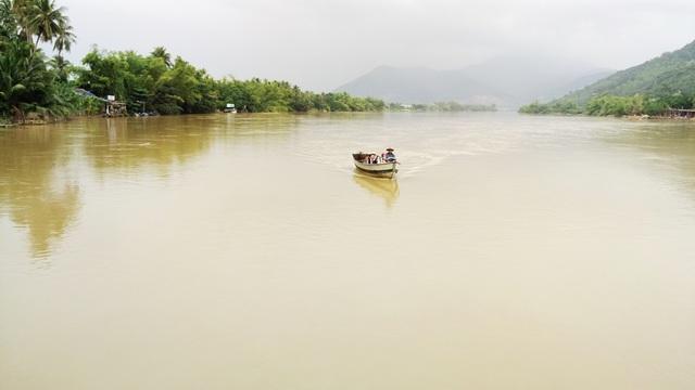 11h20 ngày 8/12, từ xa xa, thuyền của ông Khanh xuất hiện ở phía Tây sông Cái tiến về chân cầu Phú Kiểng (xã Vĩnh Ngọc, TP Nha Trang) ở phía Nam