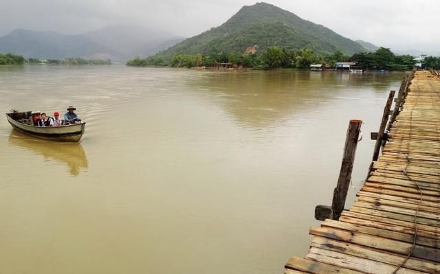 Trên thuyền, ông Khanh chở 2 đứa cháu đang học trường THCS Cao Thắng (TP Nha Trang) đi học buổi chiều