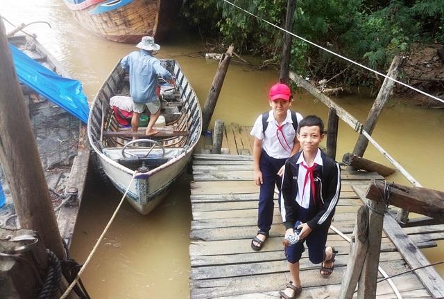 Thuyền cập bờ khoảng 11h25 ngày 8/12 để đưa 2 đứa cháu của ông đi học buổi chiều tại trường THCS Cao Thắng, TP Nha Trang