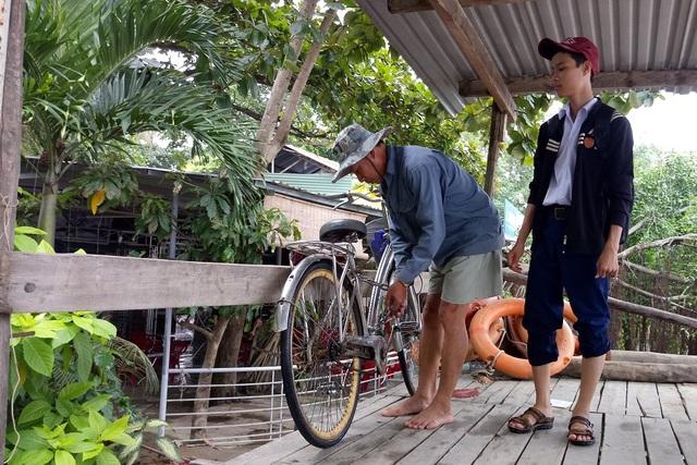 11h30, cậu con trai lớn của ông học trường THPT Hà Huy Tập (TP Nha Trang) về đến bến thuyền. Xe đạp được khóa tại bến thuyền để đưa cậu con trai về nhà