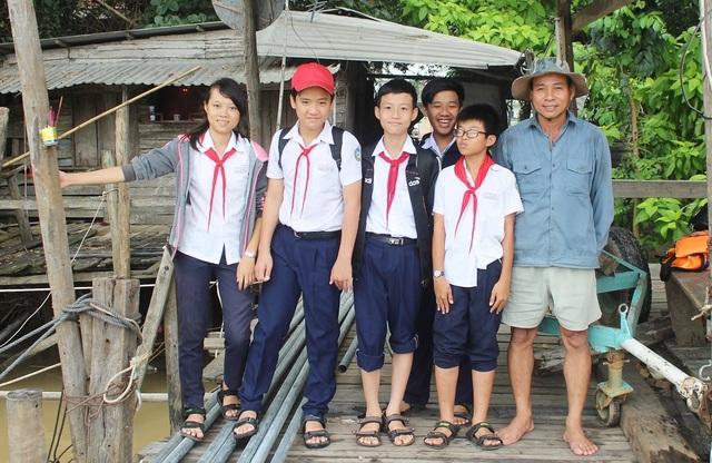 Ông Khanh cùng con gái của mình và 4 đứa cháu của ông trong lúc đổi ca, chờ đợi cậu con trai học buổi sáng ở trường THPT Hà Huy Tập về