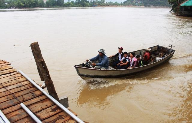 4 học sinh học buổi sáng đã xuất bến trở về nhà. Thuyền ngược con nước lại chui qua cầu Phú Kiểng, tiến lên phía Tây sông Cái Nha Trang