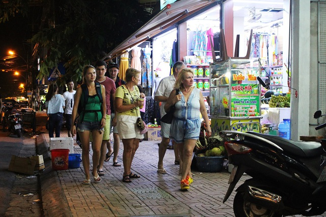Tối 10/12, trên các tuyến phố Tây Nha Trang luôn nhộn nhịp khách Nga
