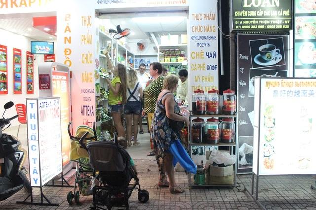 Các cửa hàng bán đặc sản địa phương cũng đón một lượng lớn khách Nga
