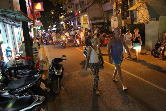 Du khách Nga trong một con đường nhỏ giữa lòng phố Tây Nha Trang