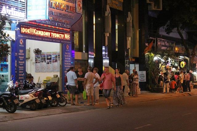 """Nha Trang: """"Phố Tây"""" nhộn nhịp về đêm, hàng quán """"khấm khá"""" nhờ khách Nga - 10"""