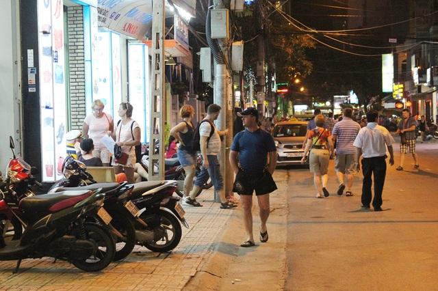 Những ngày này, trên các đường phố Nha Trang, ở đâu cũng dễ bắt gặp khách Nga
