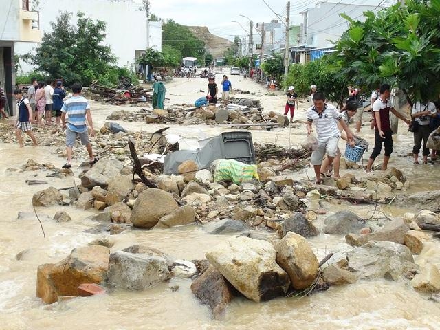 Hiện trường sau khi kênh thoát lũ bị vỡ ở Nha Trang, Khánh Hòa