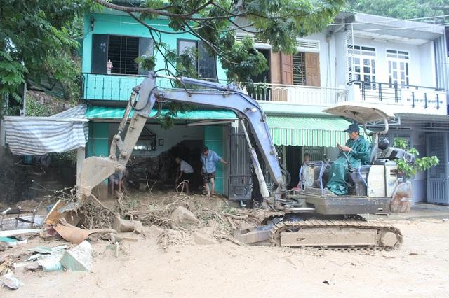 Đất đá từ trên núi đổ xuống làm sập một góc căn nhà của chị Nguyễn Thị Minh Trang ở dưới chân núi, bên đường Lương Định Của.
