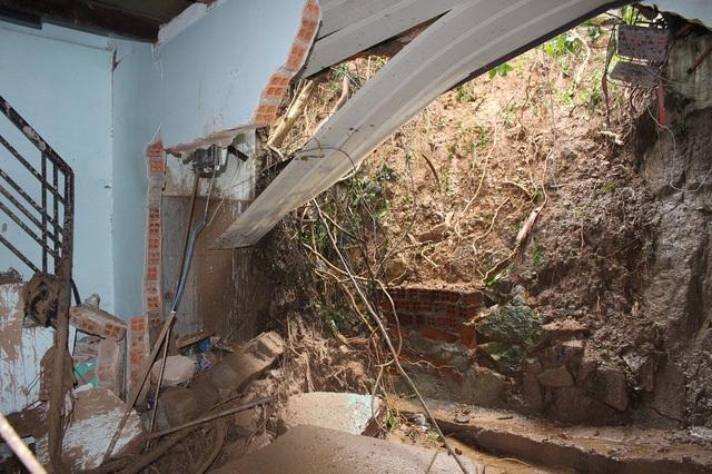 Hiện trường căn nhà chị Trang bị đất đá xé toang do lở núi