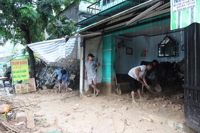 Sáng 13/12, nhiều người dân đã phụ giúp gia đình chị Trang cào đất đá ra ngoài và thu dọn những đồ đạc còn sót lại trong đống đổ nát.