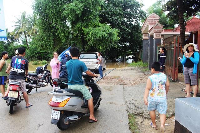 Cầu gỗ Phú Kiểng (xã Vĩnh Ngọc, TP Nha Trang) lần thứ 2 trong hơn một tháng qua bị nước sông Cái tràn qua nên không còn nhìn thấy rõ, có nguy cơ bị cuốn trôi thêm lần nữa