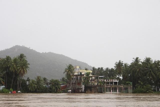 Nước lũ trên sông Cái, con sông lớn nhất Khánh Hòa trưa 13/12 dâng cao khiến hàng loạt nhà dân sinh sống ven sông ở TP Nha Trang bị nhấn chìm