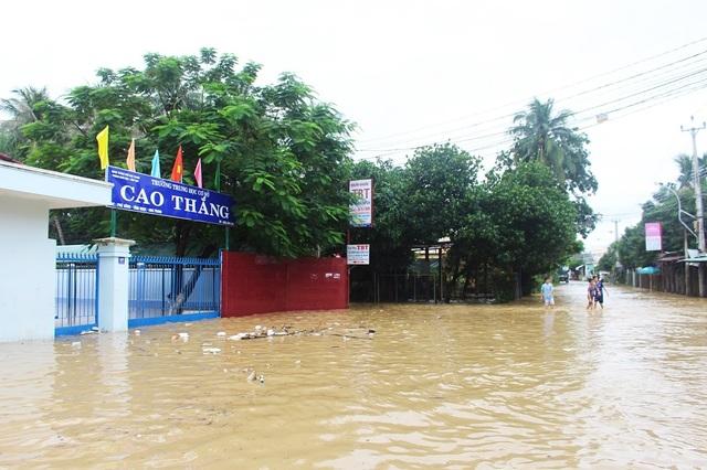 Mưa lớn trong vài ngày qua khiến nhiều trường học ở xã Vĩnh Ngọc, xã Vĩnh Thạnh, phường Vĩnh Hải, phường Vĩnh Hòa (TP Nha Trang) đóng cửa vì ngập lụt, học sinh nghỉ học