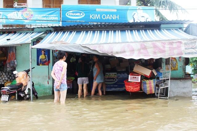 Tại thành phố Nha Trang, nhiều tuyến đường, khu dân cư ven sông Cái bị ngập sâu từ 0,8m – 1,2m. Cuộc sống của người dân đảo lộn vì mưa lũ