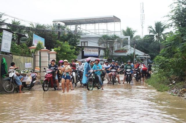 Hàng loạt phương tiện bị chôn chân vì đường vào xã Vĩnh Ngọc (TP Nha Trang) ngập sâu gần 1m