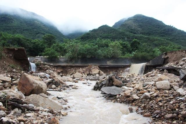 Hiện trường kênh thoát lũ Đường Đệ (phường Vĩnh Hòa, TP Nha Trang) bị vỡ vào sáng 13/12 được mô tả là như một trận đại hồng thủy, làm hỗn loạn khu dân cư Đường Đệ ở phía dưới.