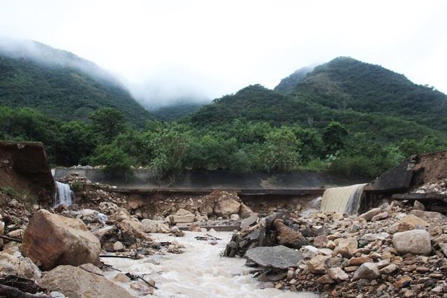 Dự án hệ thống thoát lũ nói trên được UBND tỉnh Khánh Hòa phê duyệt năm 2002 nhằm xây dựng tuyến kênh dài hơn 1.000m tiêu thoát nước từ núi Hòn Khô đưa ra biển Nha Trang để bảo vệ khu dân cư bên dưới. Dự án được giao cho Trung tâm Phát triển quỹ đất Khánh Hòa làm chủ đầu tư với tổng mức đầu tư hơn 20 tỷ đồng