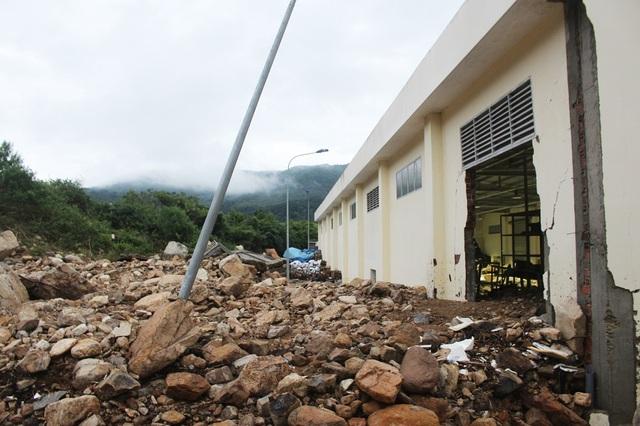 Vụ vỡ kênh khiến bức tường và cổng của Tổng kho Vật tư thiết bị, Công ty Cổ phần Điện lực Khánh Hòa bị đổ. Nước từ kênh Đường Đệ tràn xuống đã làm cho nhiều thiết bị điện bị ngập nước