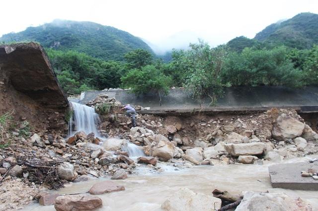 Kênh thoát lũ của hệ thống này nằm trên sườn núi, cách nhà dân dưới chân núi 4-6m. Trước đó vào năm 2015, người dân phát hiện tình trạng thấm nước dưới đáy kênh và cảnh báo tới ngành chức năng