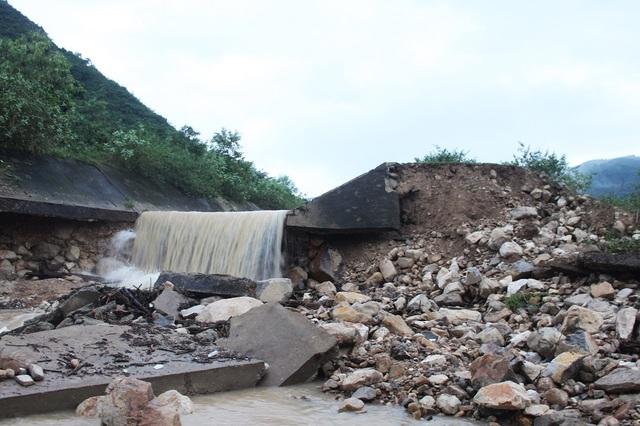 Theo người dân, vào khoảng 1h ngày 13/12, họ nghe một tiếng động lớn từ đoạn kênh và đất đá tràn vào nhà nhanh như chớp