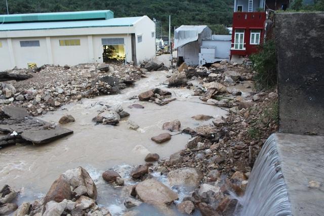 Kênh vỡ kéo theo một lượng lớn đất đá tràn xuống khu dân cư Đường Đệ (phường Vĩnh Hòa, TP Nha Trang)