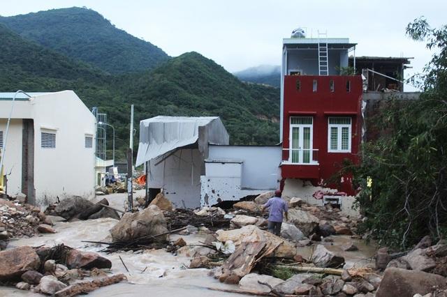 Thông tin ban đầu, đã có 4 ngôi nhà hư hỏng nặng, do bị những tảng đá lớn từ trên núi rơi xuống, làm tường nhà bị thủng, nước tràn vào nhà cuốn trôi nhiều tài sản