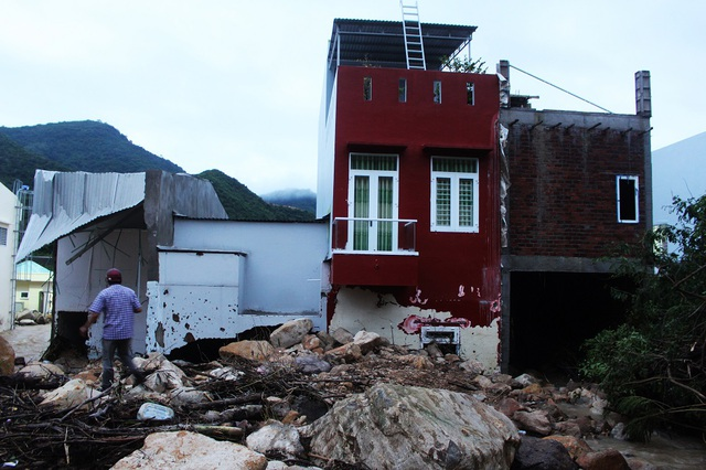 Ít nhất 4 ngôi nhà bị hư hỏng, đất đá từ kênh thoát lũ bị vỡ tràn vào nhà làm hỏng tường, trong đó có cả nhà kiên cố mới xây cả tỷ đồng