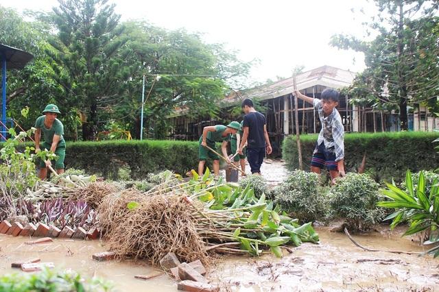 Sáng 14/12, sau khi nước lũ rút, Trường sĩ quan Thông tin Nha Trang đã điều 50 học viên thuộc Tiểu đoàn 14 đến Làng trẻ em Nha Trang (SOS) để giúp nơi đây khắc phục hậu quả sau lũ